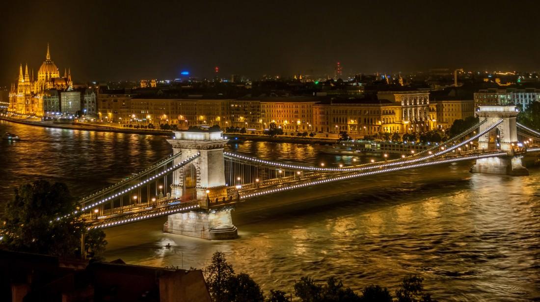 Széchenyi_Chain_Bridge_in_Budapest_at_night