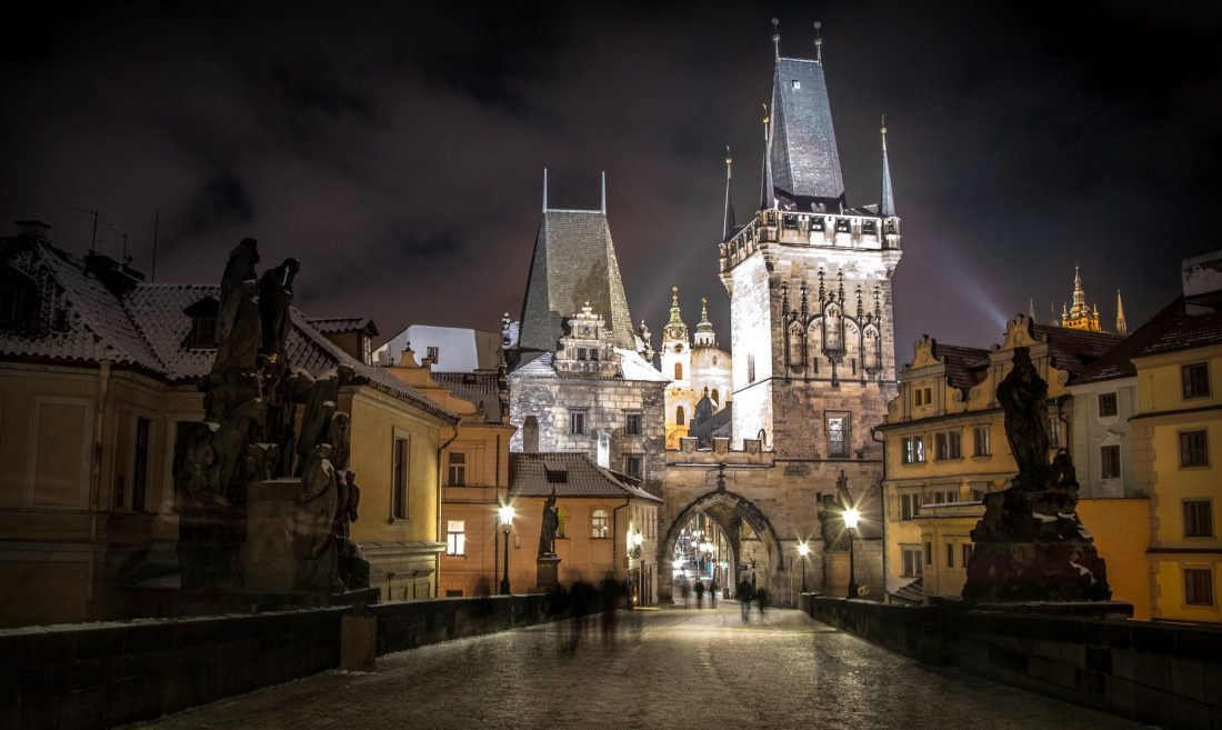 How to spend a weekend in prague - charles bridge at night